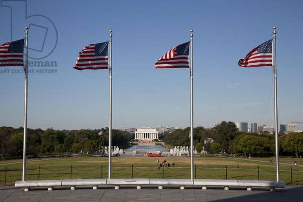 Lincoln Memorial with American flags (photo)