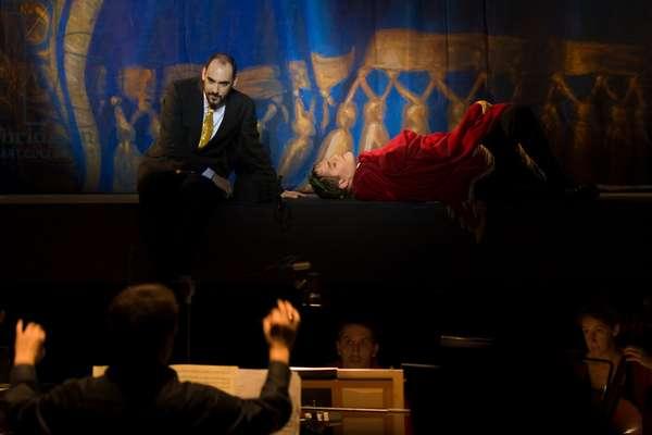 Lawrence Zazzo as Julius Caesar and David Sagastume as Nireno (photo)