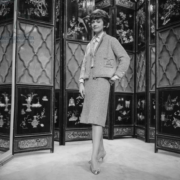 Presentation of fashion by Chanel, Autumn/Winter 1960 - 1961, Paris : a suit (b/w photo)