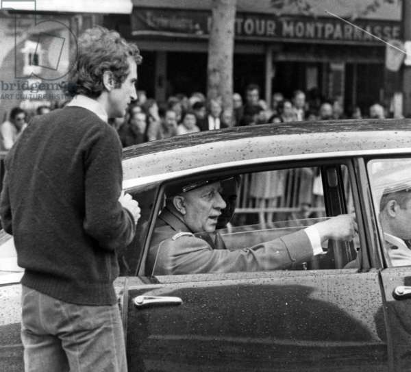 """Adrien Cayla-Legrand In The Role Of General De Gaulle Arriving At Gare Montparnasse To Presider In 1963 The Anniversary Of Paris Liberation In A Scene Tournee In Front Of The Decar Of The Gare Montparnasse For The Film """"Chacal"""" August 14, 1972 (b/w photo)"""
