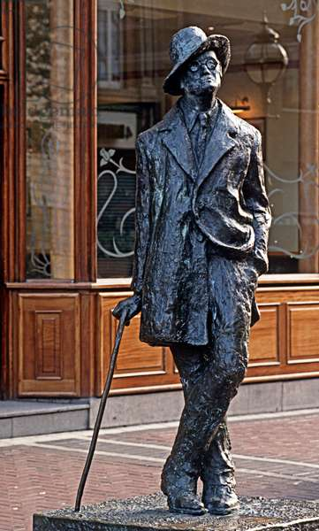 Statue of James Joyce, North Earl Street, Dublin, Ireland (photo)