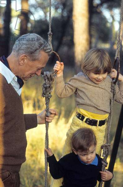 French Diplomat and Politician Maurice Couve De Murville (1907-1999) during Holidays in Frejus, France With his Grand-Children Antoine and Sophie Hervey, here in The Garden of Villa Aurelia, December 28, 1968 (photo)