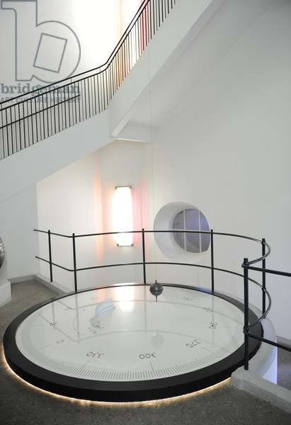 Foucault Pendulum. Experiment to demostrate the rotation of the Earth.