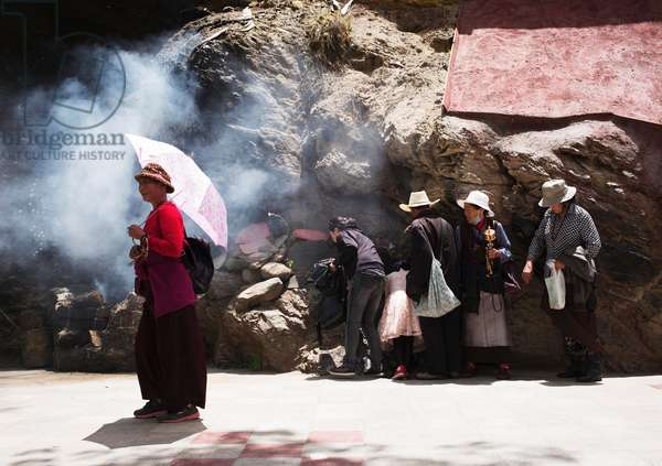 Pilgrims near Portala palace, Lhasa, Tibet (photo)