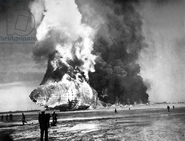 Catastrophe of the Zeppelin airship 'Hindenburg' (LZ 129) in Lakehurst, 1937 (b/w photo)
