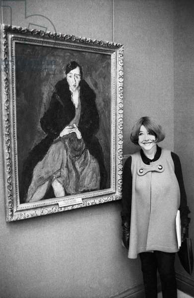 Madeleine Castaing with her portrait by Chaim Soutine (1929) here on april 26, 1973 at the exhibition of the artist at the orangerie in Paris (b/w photo)