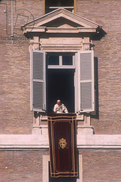 Vatican City, St. Peter's Square, November 28, 1999. Pope Giovanni Paolo II delivers his Angelus prayer from the third floor window of the Apostolic Palace (photo)