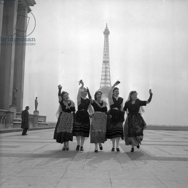Spanish dancers in front of the Eiffel Tower, (photography) 1952