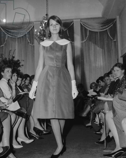 Presentation of Virginie fashion in Paris, September 23, 1960 : here a dress (b/w photo)