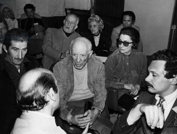 Pablo Picasso With his Wife Jacqueline Roque (R) Et De Edward Quinn on April 17, 1970 (b/w photo)