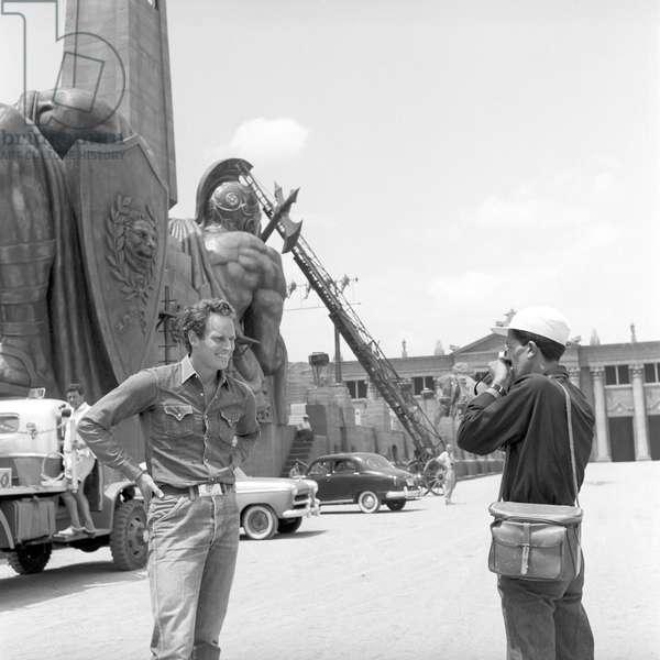 The photographer Pierluigi Praturlon and the actor Charlton Heston (b/w photo)