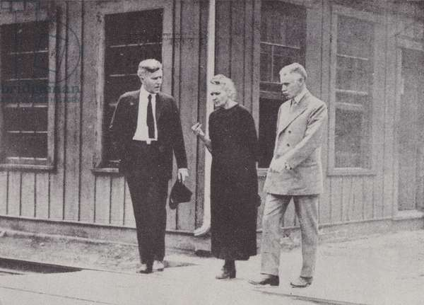 Marie Curie discussing a scientific problem at Pittsburgh during her American tour (b/w photo)