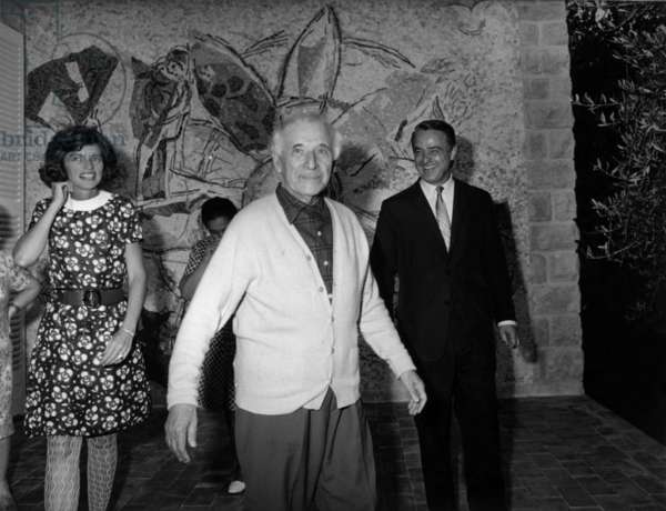 Marc Chagall (center) receiving the USA ambassador Robert Sargent Shriver and his wife Eunice Mary Kennedy in his villa in Saint-Paul-De-Vence, France, 10 September 1968 (b/w photo)