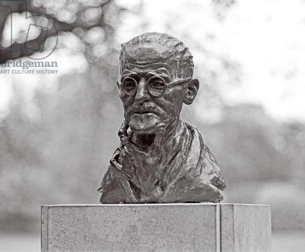 Statue of James Joyce in St Stephen's Green, Dublin, Ireland (photo)