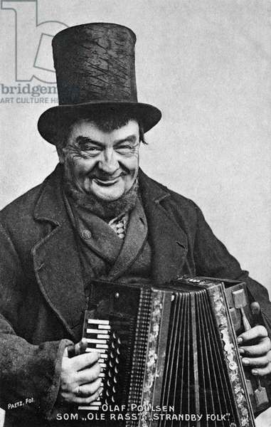 Olaf Poulsen with top hat and accordion