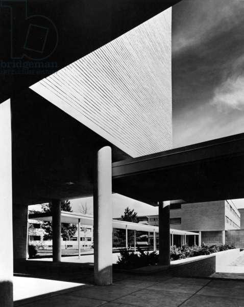 Harvard university (Massachussetts) : Graduate Center built by Walter Gropius in 1949-1950 in Bauhaus style (b/w photo)