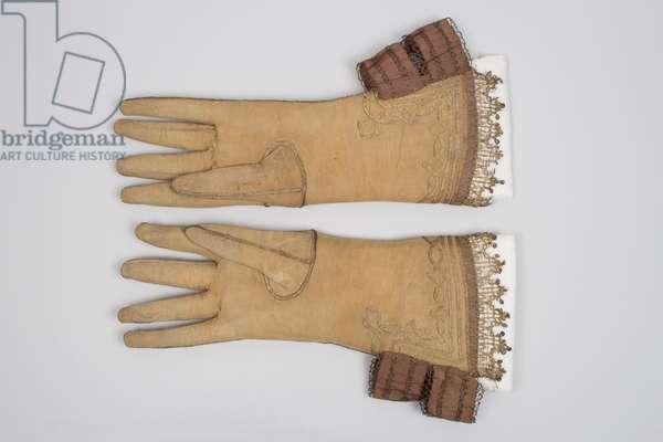 Pair of men's gauntlet gloves, 1620s (leather, silk, metal thread)