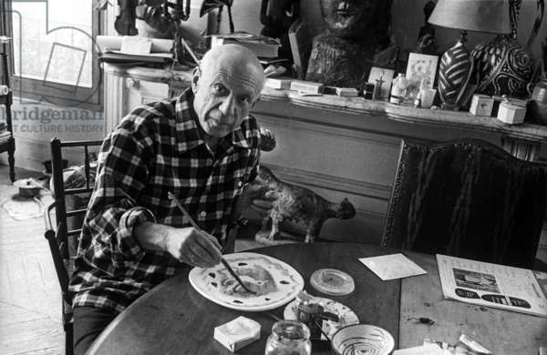 """Pablo Picasso in villa """"Californie"""" in Cannes during Cannes festival 1956"""