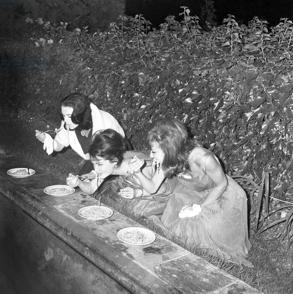 Yvonne Furneaux eating spaghetti (b/w photo)