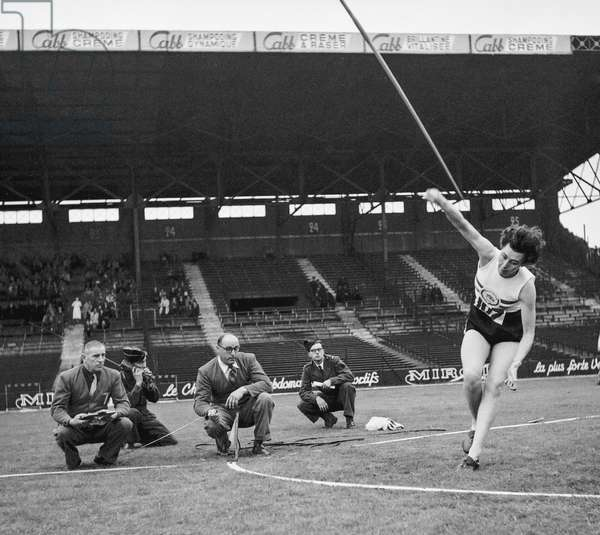 Meeting of athletism in Colombes, France, September 9, 1950 : English athlet Diane Coates (javelin) (b/w photo)