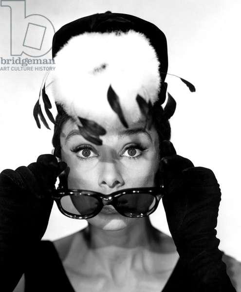 Diamants sur canape Breakfast at Tiffany's de Blake Edwards avec Audrey Hepburn 1961 : mode Givenchy et lunettes Oliver Goldsmith