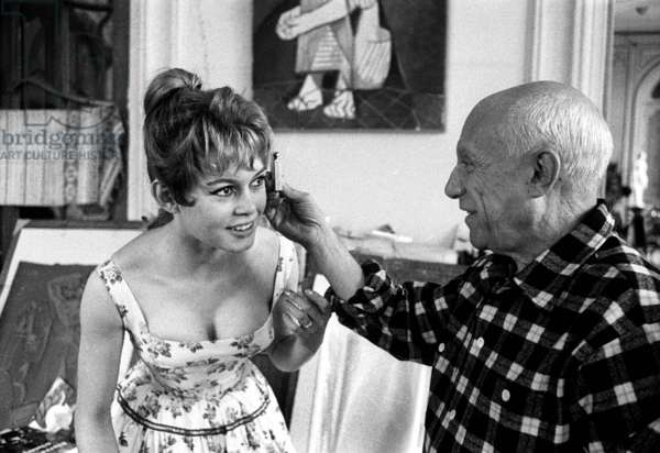"Brigitte Bardot and Pablo Picasso during Cannes festival 1956 in villa ""Californie"" in Cannes"
