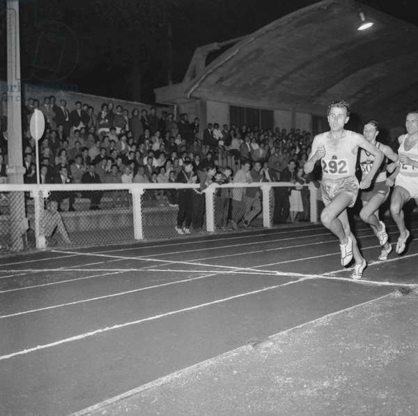 Before the Olympic Games, an athletism meeting at La Croix de Berny, August 20, 1960 : the 1000m won by Michel Jazy (b/w photo)