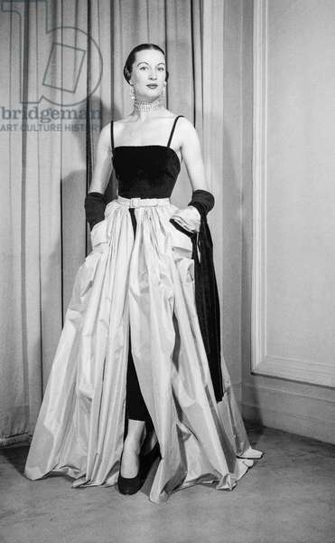 Molyneux fashion, Paris, October 25, 1950 : evening dress (b/w photo)