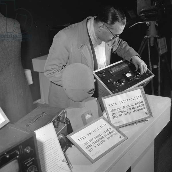 "Artificial voice machine showned at the Exhibition ""Electronics"", at the exhibition center of the Porte de Versailles, Paris, 1950"