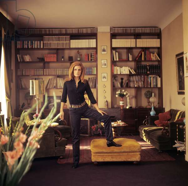 Dalida posing in her house, France, 1970 (photo)