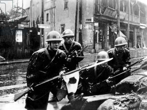 China / Japan: Japanese Special Naval Landing Forces troops engage in street fighting during the Battle of Shanghai in heavy rain, August 1937  (photo)