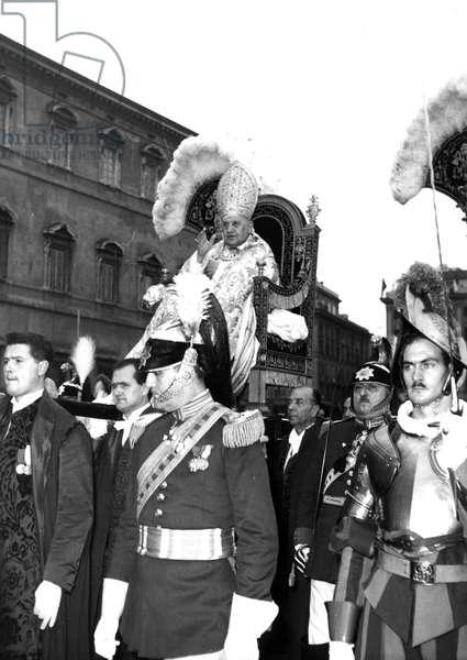 Rome November 23, 1958-Pope John XXIII goes sitting on the gestatorial chair at the Basilica of Saint John in Rome