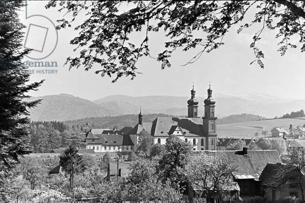 A little village nestled in an idyllic Black Forest valley, Germany 1930s (b/w photo)