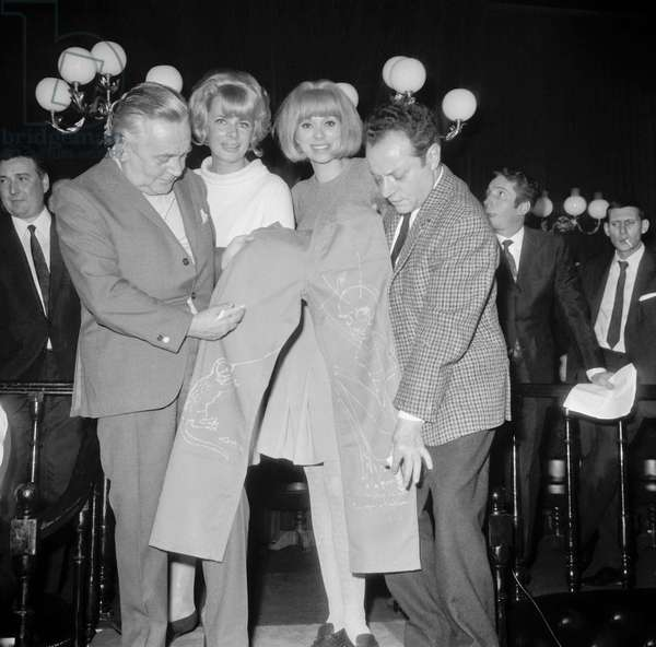 """Presentation at the Bilboquet in Paris on Janaury 25, 1967 of the """"Ricameleon"""", a special jeans : illustrator Gad, Jacqueline Huet, Mireille Darc and illustrator Gus (b/w photo)"""