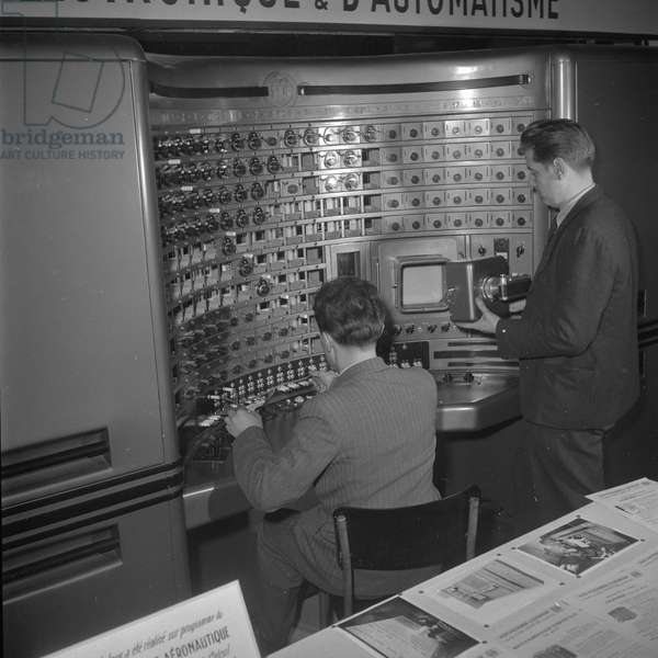 """Device for electronic automating showned at the Exhibition """"Electronics"""", at the exhibition center of the Porte de Versailles, Paris, 1950"""