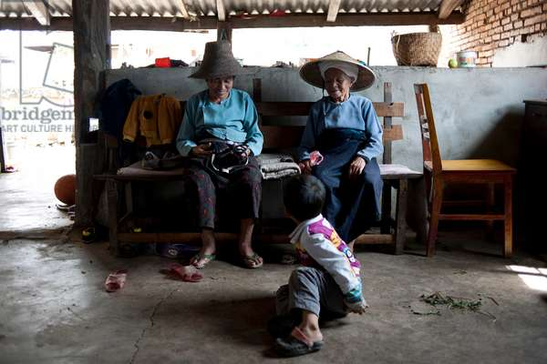 Two women and child in tea factory, Southern China (photo)