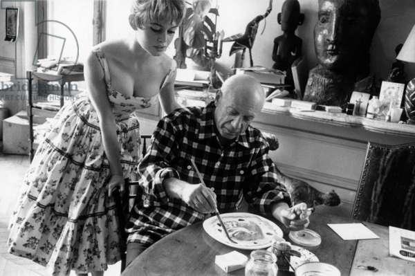 "Brigitte Bardot and Pablo Picasso during Cannes festival 1956 in villa ""Californie"" in Cannes"