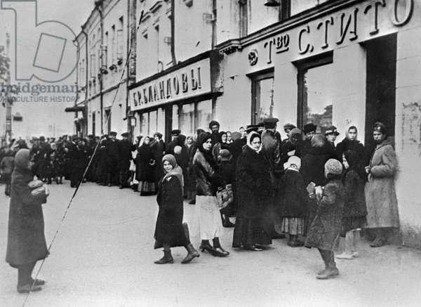 A bread line in Petrograd, 29th November, 1917 (b/w photo)