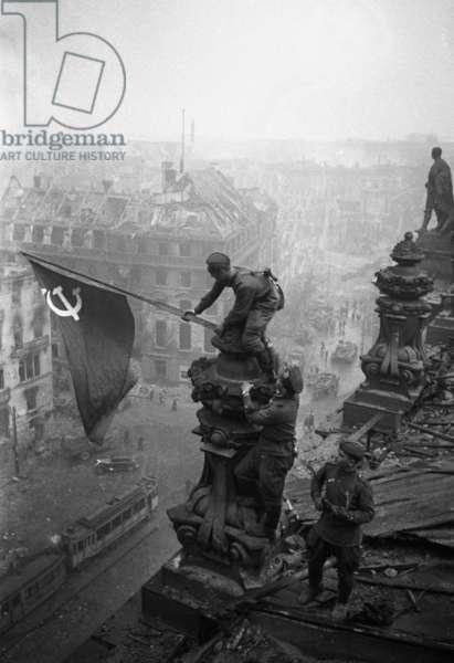 World War II, 1940-45, The Victory Banner over Reichstag, Berlin, May 1, 1945, Vladimir Grebnev/Sputnik (photo)