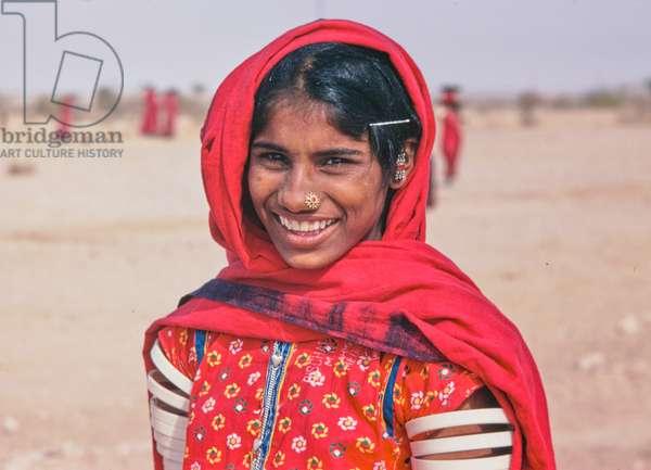 Women building desert road, Thar Desert, in rural Rajasthan, India (photo)