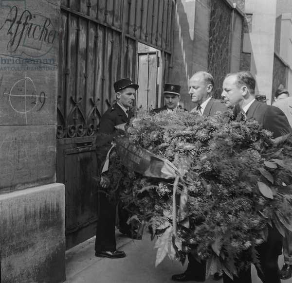 Jeanson trial (Jeanson network : group of French leftwing militants who helped the FLN during Algerian War) : Jacques Foulquier and Alain Griotteray putting flowers in memory of the victims of the terrorists, September 7, 1960 (b/w photo)