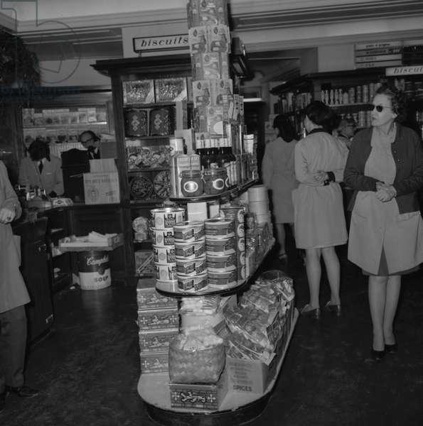 Chez Fauchon apres la tentative d'agression  le 8 mai 1970 Neg:D24032