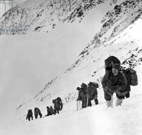 In north of Nome, Alaska, patrol of a squadron of rescuers trained by Paul-Emile Victor in US Airforce, 1944 (b/w photo)