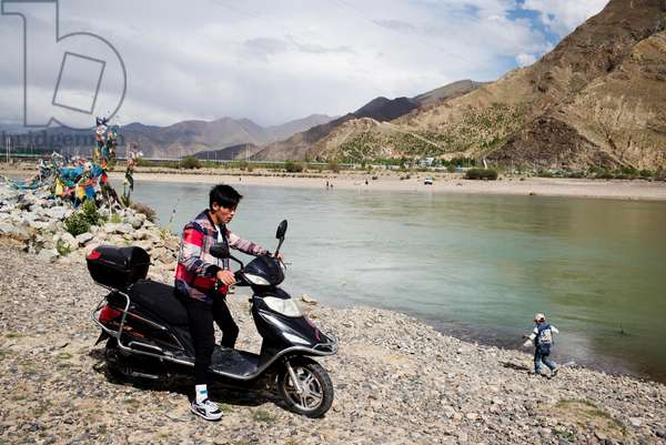 People by the, Lhasa River, Tibet (photo)