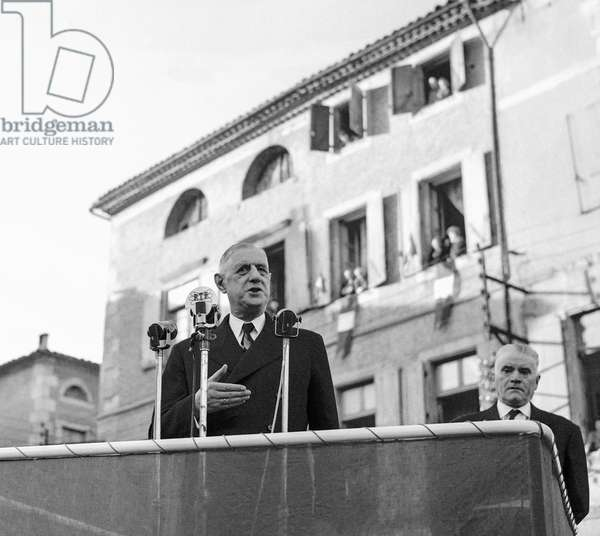 Travel of French president Charles de Gaulle, in French southwest, February 1960 : here in Limoux on February 26 (b/w photo)