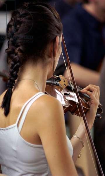 Female violinist reharsing