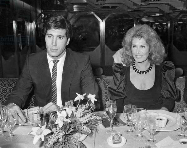 Dalida at  Mick Michey celebrating her 10 years in sculpture, Paris, 1984 January (photo)