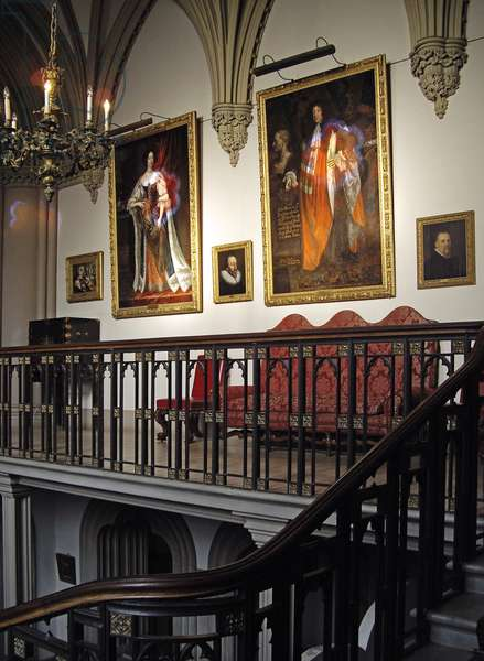 Staircase with portraits of the 1st Duke of Rutland and his third wife, Lady Catherine Noel (photo)