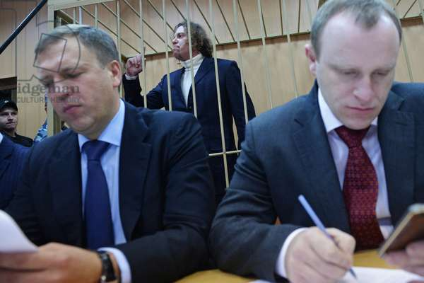 Business manager Sergei Polonsky, center, indicted on large-scale embezzlement, before examination of investigators' request to extend his arrest warrant at Moscow's Tverskoi district court, 2015 (photo)