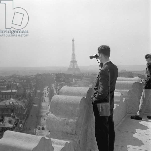 Tourists admiring Paris from the top of the Arc de Triomphe, 1952